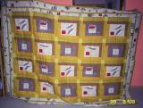 Jeden z pierwszych patchworków wykonany najprostszą metodą: panele tkaniny obszyłam paskami, a potem wstawiłam separatory. Dziś jest narzutą u koleżanki.